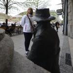 en staty betraktar en annan staty...