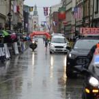 nu skymtar vi vinnaren av 2019 Cracow maraton, poliseskort in i mål...