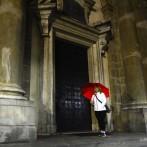 rött paraply sista natten...