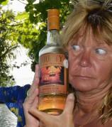 Carina dricker fint från Fiji...
