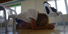 Carina knäfaller i bön...