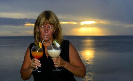 """Carina går """"all-in"""" på cocktailen sista kvällen på Savai'i..."""