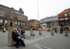 jag och Carina sitter i Borås Surround... Stora torget...