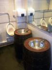 man tvättar händerna i gamla whiskyfat...