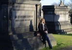 man får vila på gravstenarna...