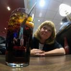 Carina bjuder på rom o cola, Arlanda...