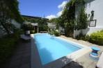 fin liten pool insprängd mellan husen...