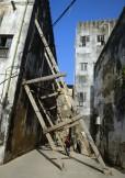 vissa hus måste man hjälpa för att de skall orka stå upp...