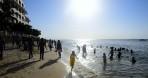 ett myllrande folkliv på stranden...