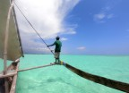 kollar så det inte finns några uppstickande koraller framför båten...