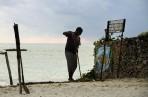 stranden skall vara fin och utan sjögräs, han blir aldrig arbetslös...