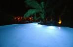 blått vatten i poolen...
