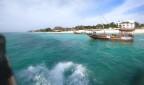 en turistbåt utanför Nungwi passeras...