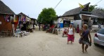Carina och Sussane flanerar runt i byn första dagen...