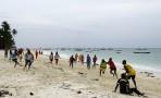 på eftermiddagen spelar man alltid fotboll på stranden...