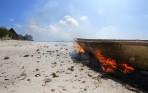 dom lagar båtarna med eld...