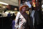 hatten på, enligt japanesiskt maner...