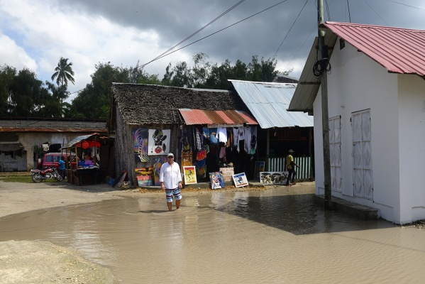 byn stog i vatten och jag också när vi anlände, ett ekvator regn hade blåst över Nungwi...