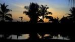 poolen reflekterar sig i solnedgångens ljus...