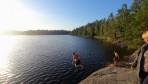 Lars visar var skåpet skall stå vid ett kvällsbad i någon oupptäkt sjö i Blekinge...