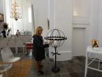 Carina tänder ett ljus i Fredrikskyrkan...