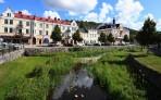 Söderköping, lägg märke till fötterna som dyker i vattnet nere i bilden...