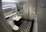 toalett och dush på rummet...