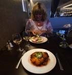 världens godaste schnitzel och en maffig räkmacka till Carina...