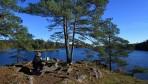 Carina dukar upp frukosten vid Ellenösjön...