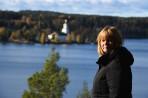 Carina poserar med Vårviks kyrka i bakgrunden...