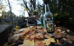 vem drack ur dessa flaskor, en filosofisk tanke bland alla bilvrak...
