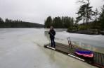 hur f-n skall man kunna pimpla på denna sjön... isen är ju 40 cm tjock och du har ju inte tagit med dig en isborr... hur tänkte du där egentligen...