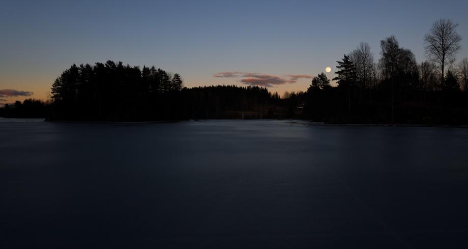 fullmånen visar sig över Stenbäcken, sjön Östen......
