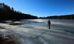 Carina njuter av stillheten på isen...