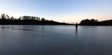 jag tycker det är lite kusligt så här långt ut på isen i skymningen...