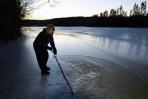 isen är decimeter tjock under vattnet...