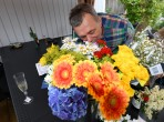 """""""Mästerkatten"""" luktar på midsommar blommorna... du borde nog luktat mer på dom än på snapsen..."""