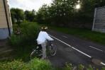 Vilma har tröttnat på det något ålderstigna sällskapet och bestämmer sig för att cykla till Slottskogen...