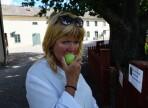 Carina låter sig väl smaka av ett heligt kloster äpple...