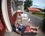 efter bad och kanot slappar vi framför Rosenhyddan och lyssnar på OS finalen i fotboll för damerna...