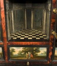 Rum innanför dörren med speglar
