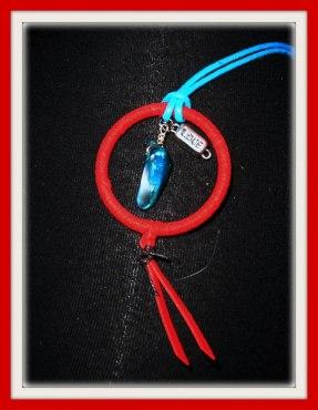 Hängsmycke i turkos rem, pärlemorblister & berlock