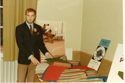 Rune Gustafsson visar heltäckningsmattor år 1968