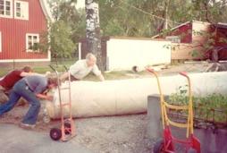 Golvläggarna Ulf Eriksson, Christer Zander samt Rune Gustafsson hjälps åt att få in en heltäckningsrulle. År 1968