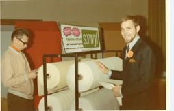 Rune Gustafsson (höger) säljer väggmatta Somyl år 1968