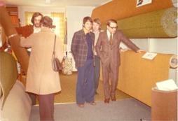 Heltäckningsmatta för 14,50kr/kvm År 1972.   Rune Gustafsson (vänster) med kund och Ulf Eriksson (längst bak i bild  till höger)