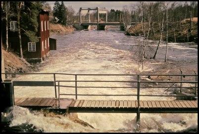 Övre forsen med Kvarnen och i bakgrunden nya landsvägen ned lyftbron. Bilden togs 1966.