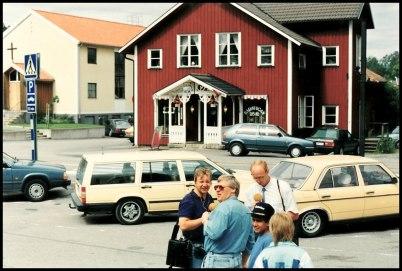 Missionskyrkan med gamla entrén, Hårstugan i Bernhardshuset och Runar Patriksson som intervjuas av massmedia.