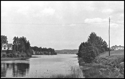 Vy från gamla landsvägsbron vid kyrkan norrut mot Prästnäset.