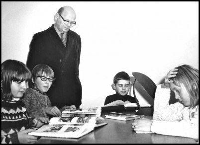 Folkskolläraren och bibliotekarien Gösta Hansson. Bilden är tagen vid invigningen av biblioteket i källarlokalen på Västra Torggatan 2 på 1960-talet.